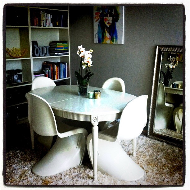 Gustaviansk spisebord med s-stoler