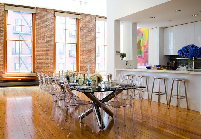 Kjøkken med stoler fra Kartell