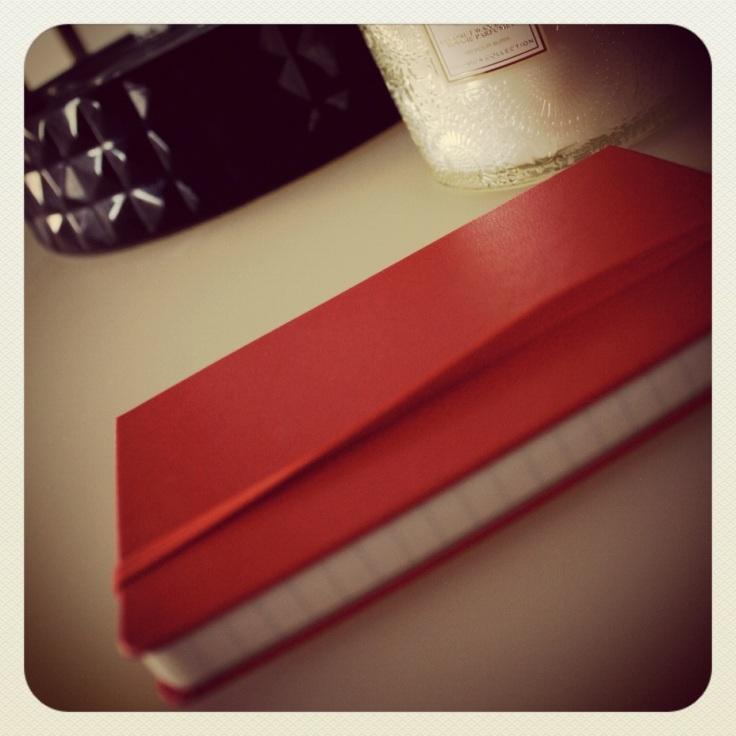 Rød moleskin notatbok