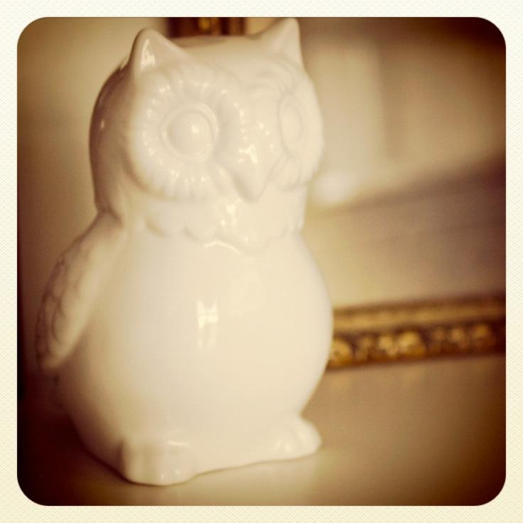 Ugle i hvit porselen