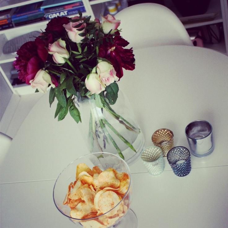 blomster og snacks på spisebordet