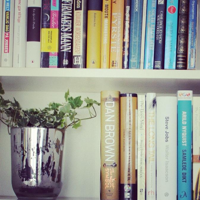 Eføy og bøker i bokhyllen