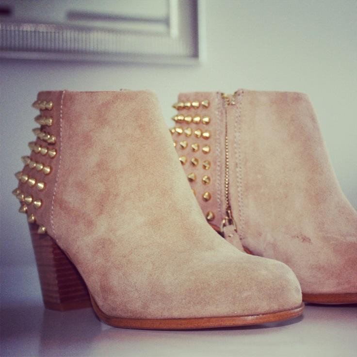 boots med gullnagler