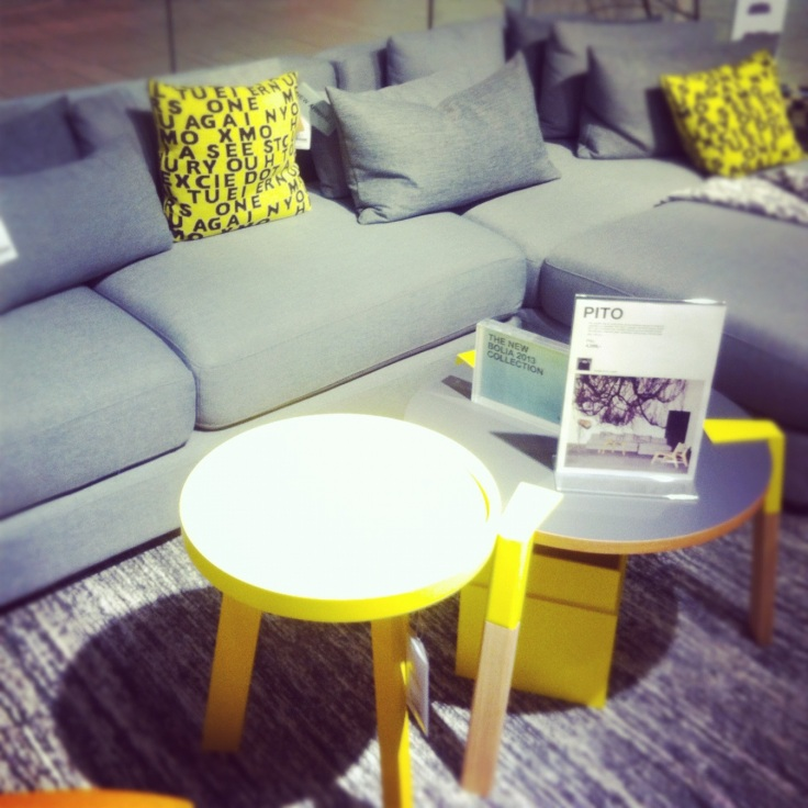 sofa med gule småbord