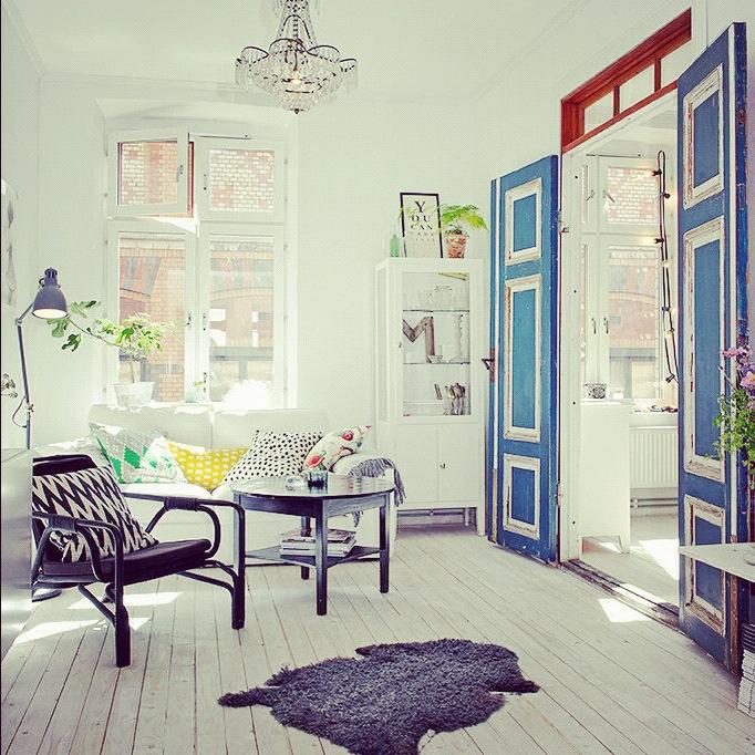 lekker stue med blå dør