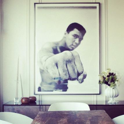 Muhammed Ali pryder veggen i spisestuen