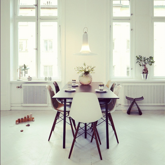 Er Eames Sidechair den ultimate spisestuestolen? I think so! Og lampen ...
