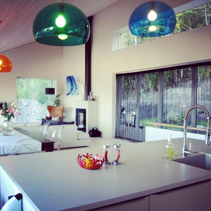 kjøkken med lamper fra Kartell